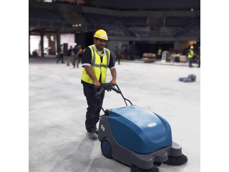 Nuestra Barredora Industrial S9 Alfa Tennant realizando un puntapié de barrido en el Antel Arena previo a su inauguración.